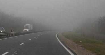 Молдову накрыл густой туман.По этой причине видимость на дорогах снижена, а трассы мокрые.