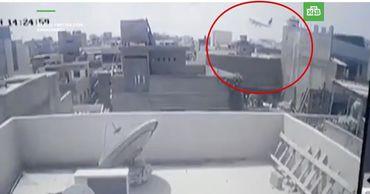 При крушении самолета в Пакистане погибли 90 человек.