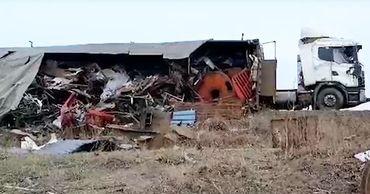 Контейнер с металлоломом опрокинулся на трассе Кишинев - Бельцы.
