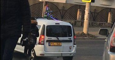 """В Кишиневе заметили """"новогоднее"""" такси."""