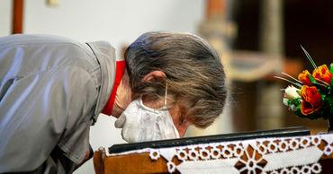 В РПЦ рекомендовали пожилым прихожанам не идти в храм в Рождество.