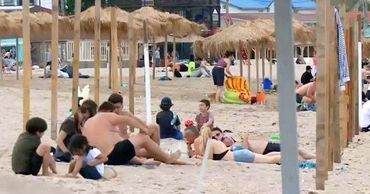 Сотни румын вышли на пляжи накануне снятия запрета.