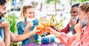 Психолог объяснил, почему подростки в США ходят на COVID-вечеринки.