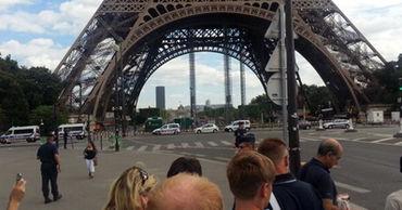 Посетителей Эйфелевой башни эвакуировали из-за угрозы взрыва.