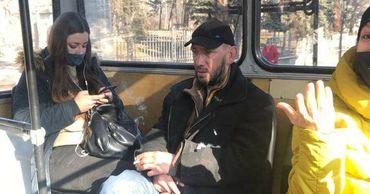 Пассажир столичного троллейбуса закурил прямо в салоне.