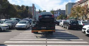 В центре Кишинева начали эвакуировать незаконно припаркованные машины