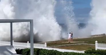 Мощная волна смыла возлюбленных на берегу океана.