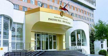 В седьмого этажа Онкологического института в столице упала женщина.