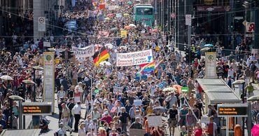 """В Берлине люди вышли на акцию против """"коронавирусных"""" ограничений."""