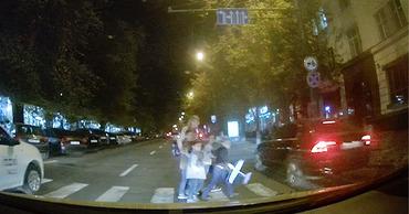Водитель едва не сбил женщину с четырьмя детьми в столице.