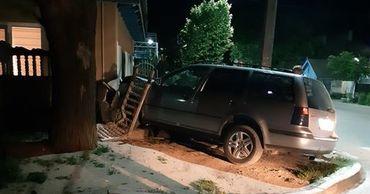 В Кагуле автомобиль протаранил стену дома из-за столкновения с автобусом.