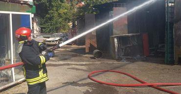 В столице три пожарных расчета тушили пожар в гараже.