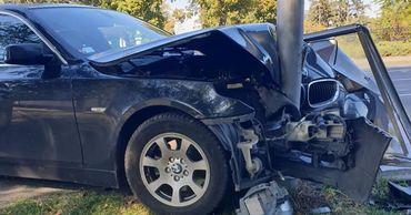 Водитель BMW влетел в рекламный щит.