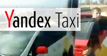 Действия таксистов напугали пассажиров микроавтобуса. В салоне началась паника.