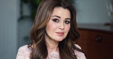 Близкие Анастасии Заворотнюк опровергли информацию о том, что у актрисы парализовало половину тела.