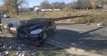В Хынчештском районе автомобиль врезался в столб.