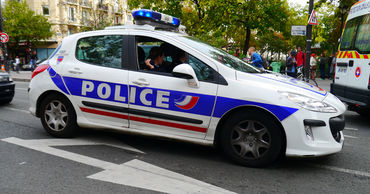 Во Франции вооруженный мужчина захватил заложников в банке.