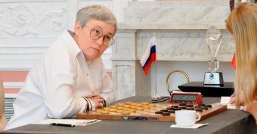 Россиянка, у которой убрали флаг со стола, выиграла чемпионат по шашкам.