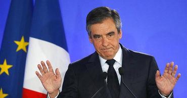 Суд в Париже приговорил экс-премьера Фийона к пяти годам тюрьмы.
