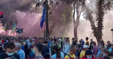 В акции протеста принимают участие уже более тысячи человек.