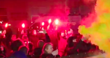 В Киеве протестующие зажгли файеры у больницы, где лечится Зеленский.