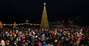По примеру города Оргеева в Тараклии торжественно зажжены огни Рождественской Елки.