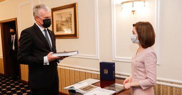 Президенты Майя Санду и Гитанас Науседа обменялись подарками