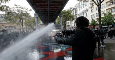 В Париже демонстранты забросали полицию бутылками и петардами