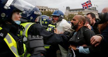 В Лондоне протест против коронавирусных ограничений перерос в беспорядки.