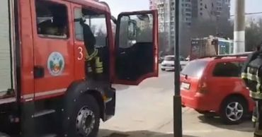 В авто, припаркованном возле ТЦ в столице, произошла утечка топлива.