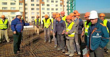 Переговоры о повышении минимальной зарплаты в стройотрасли продолжатся.