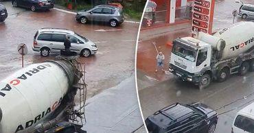 """В Кишиневе водители устроили """"разборки"""" с применением монтировки и лопаты."""