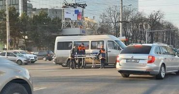 Пассажирка маршрутки в больнице, а водители не признают свою вину.