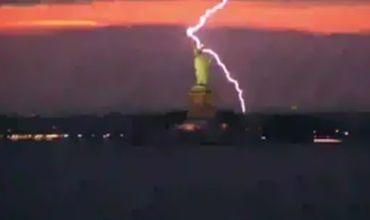 В статую Свободы ударила молния.