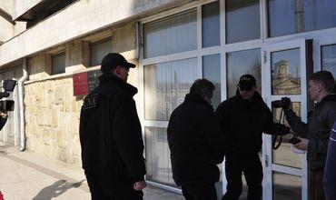 Антикоррупционные ведомства провели обыски по всей стране.