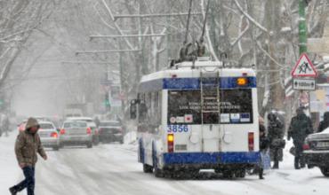 Из-за снегопада сокращены маршруты столичного общественного транспорта.