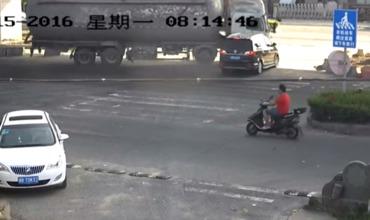 В Китае пара чудом выжила после столкновения с цементовозом.