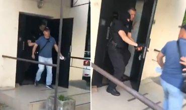 Одного из уволенных сотрудников просто вытолкнули из здания.