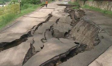 Сильные наводнения в Румынии уничтожили дороги.