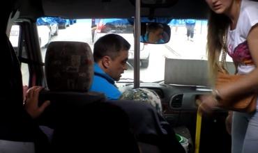Водитель угрожал что высадит бабушку с внуком.
