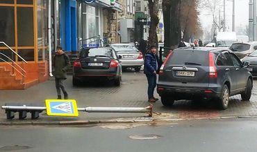 Автомобиль снес светофор в центре Кишинева
