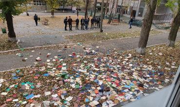 В Техническом университете Молдовы избавляются от книг, выкидывая их через окно.