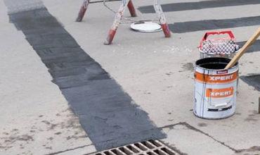 Дорожникам удалось заасфальтировать более 1300 квадратных метров ям.