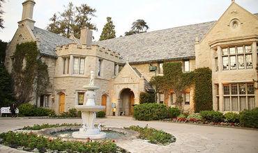 В Лос-Анджелесе продан особняк основателя Playboy Хью Хефнера за $100 млн.