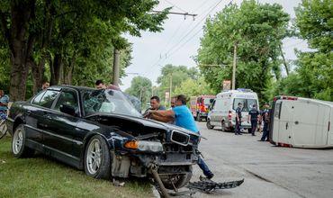 Серьезная авария в Бельцах, микроавтобус перевернулся, столкнувшись с BMW.