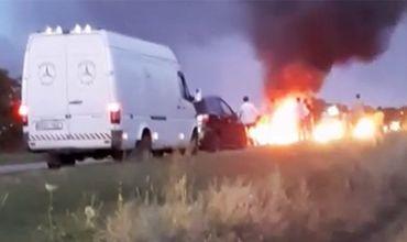 В Оргеевском районе на дороге за несколько минут полностью сгорел Mercedes