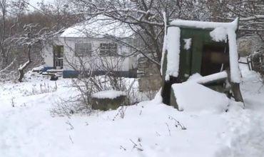 Из-за оползней одна из стен их старого дома рухнула, а другие покрылись трещинами.