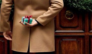 Интересно, что девушкам подарок ищут в 3,5 раза чаще, чем жёнам, а парням — в 1,7 раза чаще, чем мужьям.