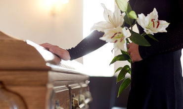 В Сети раскритиковали молодоженов, совместивших свадьбу с похоронами.