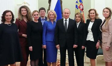 Путин и девочки: Путин рассмешил девушек во время совместного фото